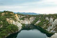 Accumulez avec de l'eau vert et profondément comme destination de touristes photographie stock