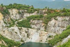Accumulez avec de l'eau vert et profondément comme destination de touristes images libres de droits