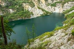 Accumulez avec de l'eau vert et profondément comme destination de touristes photographie stock libre de droits