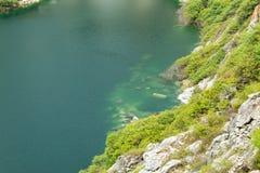 Accumulez avec de l'eau vert et profondément comme destination de touristes photos stock