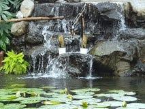 accumulez avec la fontaine, décorée du bambou et des nénuphars photographie stock libre de droits