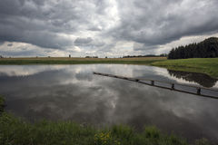 Accumulez avec une passerelle et des nuages avant la tempête photos libres de droits