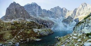 Accumulez dans une vallée entourée par les crêtes magnifiques vues dans MOR Images stock