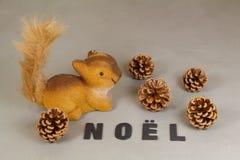 Accumulez la figurine, les cônes de pin et Noël de mot Images stock