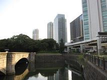 Accumuli con il ponte vicino al giardino pubblico nella parte centrale della città di Tokyo Immagine Stock