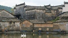 Accumuli con la riflessione antica delle costruzioni in Hong Cun, l'Anhui, Cina fotografia stock