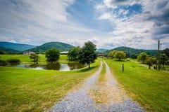 Accumuli lungo una strada non asfaltata nello Shenandoah Valley rurale di Virgini fotografia stock libera da diritti