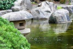 Accumuli in un giardino giapponese con una lanterna di pietra tradizionale nella priorità alta Fotografia Stock