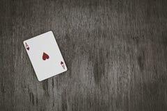 Ace av hjärtor Spela kort på en träbakgrund Risk- och dobbleribakgrund, abstrakt begrepp och lekbegrepp Royaltyfria Foton