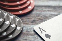 Ace av spade- och pokerchiper Arkivbilder