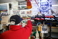 Ace Bristol Restorations Expert na garagem Fotos de Stock Royalty Free