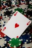 Ace de corações e de microplaquetas de pôquer imagens de stock