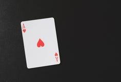 Ace des coeurs sur un fond noir, jouant des cartes, copyspace pour vous texte de vente Photographie stock libre de droits