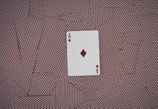 Ace des diamants Jouer des cartes sur un fond en bois Risque et fond de jeu Image libre de droits