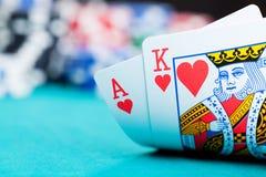 Ace en koning met het gokken van spaanders Stock Foto