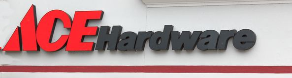 Ace-Hardware-Schaufenster-Zeichen Stockfotos
