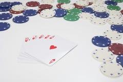 Ace kardieren auf dem Stapel, der durch Pokerchips umgeben wird Stockbilder