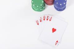 Ace kardieren mit Pokerchips über Weiß Stockfotos
