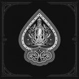 Ace rydle od ośmiornicy z krzyży harpunami i latarni morskiej behinde Denna rocznik etykietka Na czerni royalty ilustracja