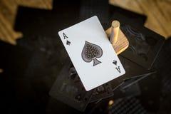 Ace van spades die zich boven de rest van een normaal dek bevinden stock foto