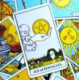 Ace von den Pentacles-Tarock-Karten-Geldanlagen, die Überfluss-Wohlstand sparen stock abbildung