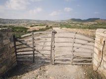 Acebuche-Sperre (Barrera de Acebuche), typische hölzerne Tür Lizenzfreies Stockbild