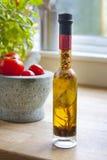 Aceite, albahaca y tomates de oliva Fotos de archivo libres de regalías