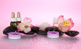 Aceite aromático, sal, velas, piedras, flor foto de archivo libre de regalías