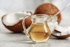 Aceite de coco fresco en cristalería Fotos de archivo