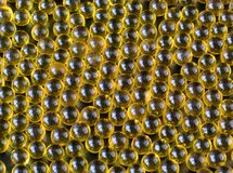 Aceite de hígado de bacalao Cierre para arriba el aceite de pescado en fondo negro fotografía de archivo libre de regalías