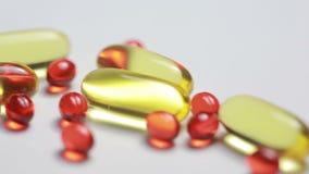 Aceite de hígado de bacalao Omega 3 cápsulas del gel en el fondo blanco almacen de video