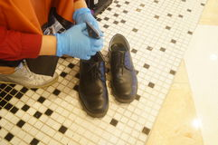 Aceite de la frotación para los zapatos de cuero Imágenes de archivo libres de regalías