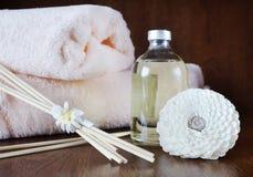 Aceite de la sandalia en una botella y los palillos para el aromatherapy Foto de archivo libre de regalías