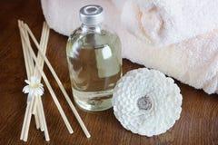 Aceite de la sandalia en una botella y los palillos para el aromatherapy Fotos de archivo libres de regalías