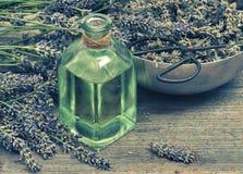 Aceite de lavanda con las flores frescas y las tijeras Estilo de la vendimia Imágenes de archivo libres de regalías