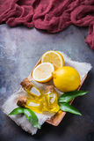 Aceite de limón esencial orgánico con las hojas y la fruta del verde Fotografía de archivo