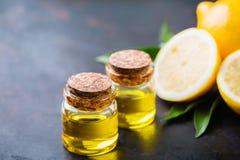 Aceite de limón esencial orgánico con las hojas y la fruta del verde Imagen de archivo libre de regalías