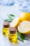 Aceite de limón esencial orgánico con las hojas y la fruta del verde Imagen de archivo