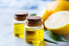 Aceite de limón esencial orgánico con las hojas y la fruta del verde Fotos de archivo