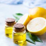 Aceite de limón esencial orgánico con las hojas y la fruta del verde Fotos de archivo libres de regalías