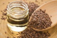 Aceite de linaza y semillas de lino Imagenes de archivo