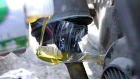 Aceite de motor de colada en el tanque de la motocicleta a través del pedazo de botella plástica, lifehack almacen de video