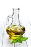 Aceite de oliva con las hojas de la albahaca Imagen de archivo