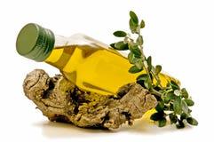 Aceite de oliva con las ramas de olivo Fotografía de archivo