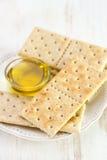 Aceite de oliva con las tostadas Imagenes de archivo
