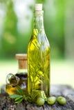 Aceite de oliva con romero foto de archivo