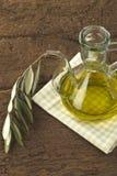 Aceite de oliva de la Virgen en el tarro de cristal Foto de archivo