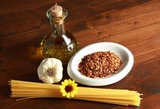 Aceite de oliva del ajo de las pastas y pimienta de chile rojo Imagen de archivo