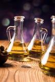 Aceite de oliva en botellas imagenes de archivo
