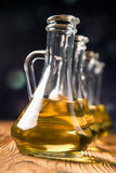 Aceite de oliva en botellas imágenes de archivo libres de regalías
